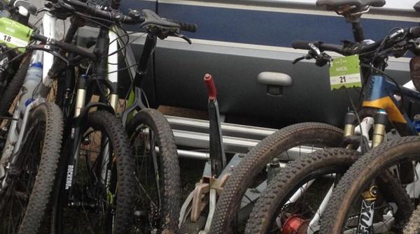 afbeelding van mountainbikes met een auto